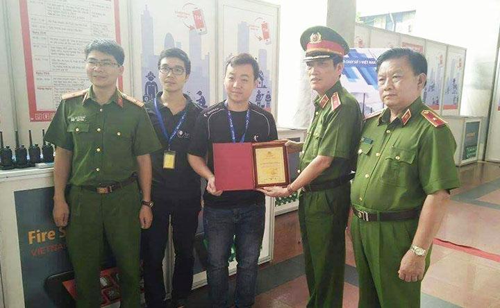 Giấy chứng nhận bằng khen của bộ Công An trong công tác phát triển sản phẩm thông tin liên lạc tại triển lãm Secutech Quốc Tế An Ninh