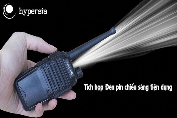 Bộ đàm H1 tích hợp đèn pin nhỏ, dễ dàng trong việc sử dụng vào buổi tối