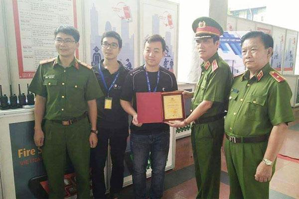 Hypersia nhận chứng nhận từ Bộ Công An